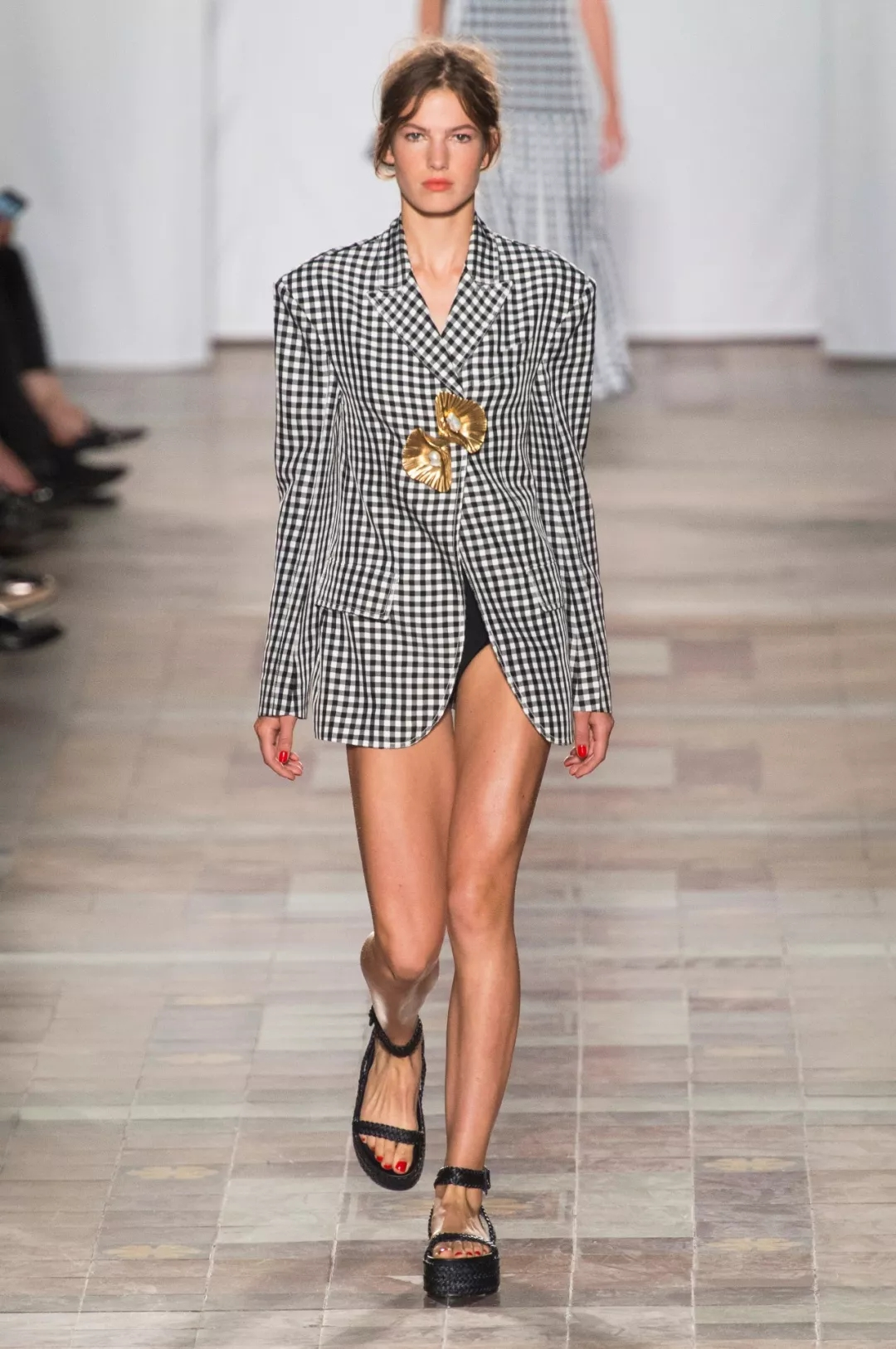 2018-2019 spring and summer women's fashion trend: use the shape to break the gender bondage!  (figure 2)