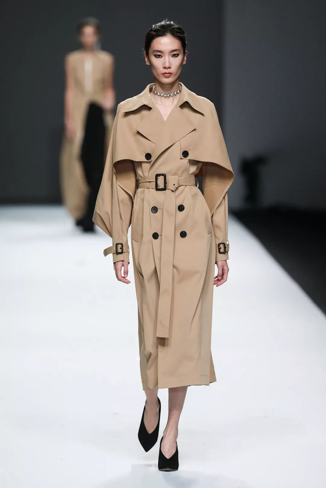 2018-2019 spring and summer women's fashion trend: use the shape to break the gender bondage!  (Figure 17)